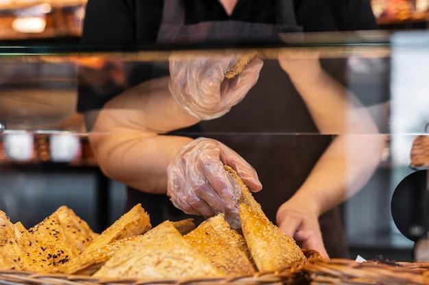 Cerrar el chef de repostería preparando la comida