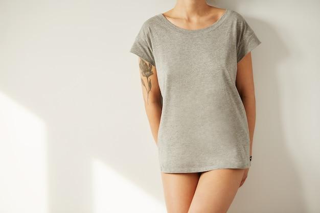 Cerrar chica elegante con camiseta en blanco y mirando hacia abajo