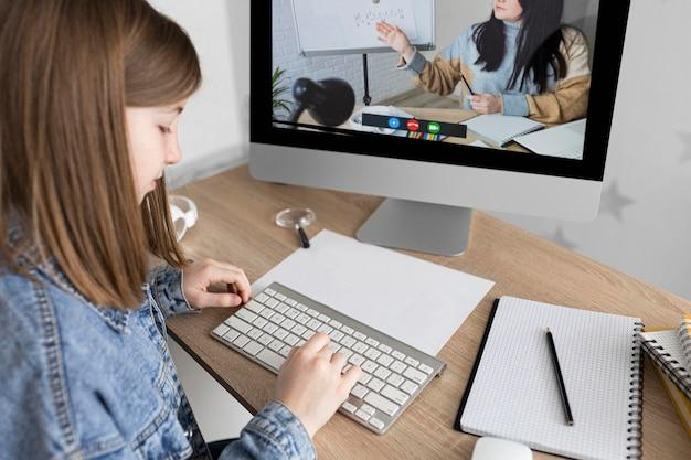 Cerrar chica escribiendo en el teclado