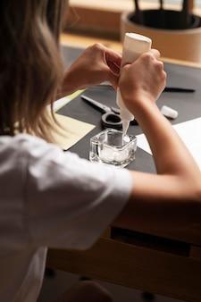 Cerrar chica trabajando con pegamento