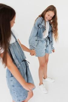 Cerrar chicas cogidos de la mano