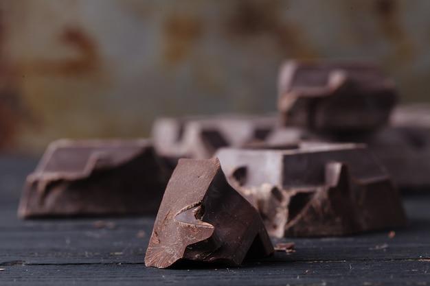 Cerrar chocolate negro en mesa rústica