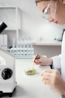 Cerrar científico sosteniendo pinzas