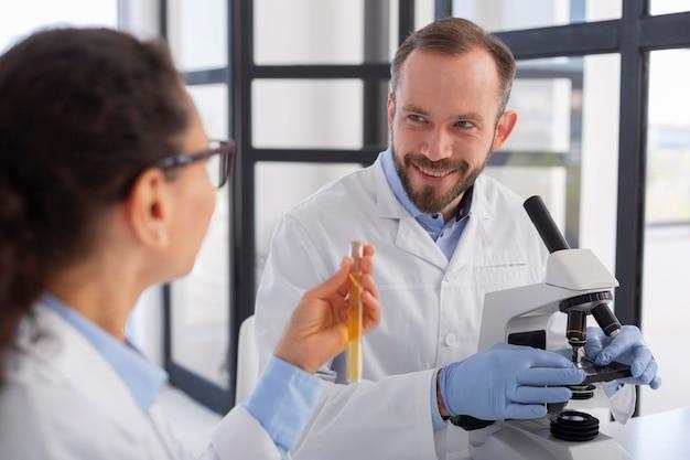 Cerrar científicos trabajando juntos