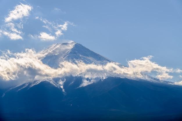 Cerrar la cima de la hermosa montaña fuji con cubierta de nieve