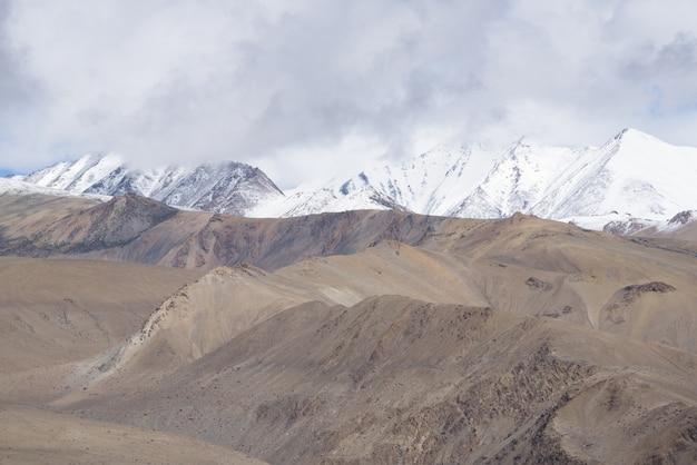 Cerrar la cima de las montañas, cordillera del himalaya, jammu y cachemira, india