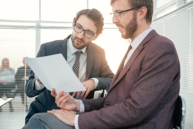 Cerrar colegas de negocios discutiendo en documentos de oficina