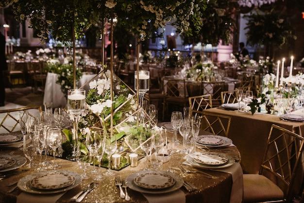 Cerrar el conjunto de la mesa en un lugar romántico.