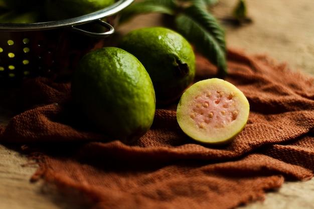 Cerrar cortadas frutas de guayaba en placa
