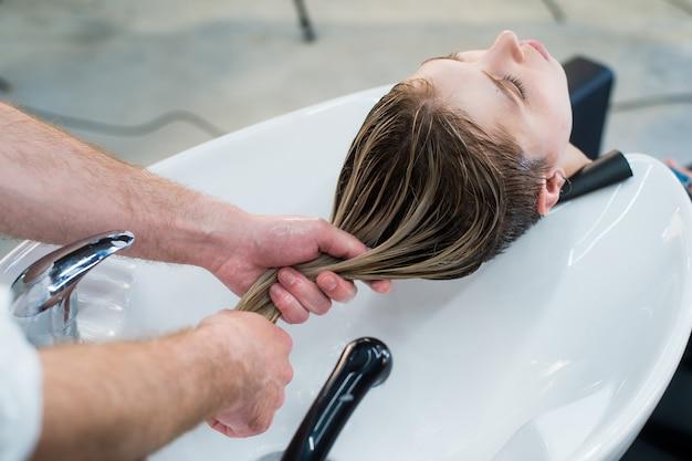 Cerrar el cuidado del cabello en el moderno salón de spa