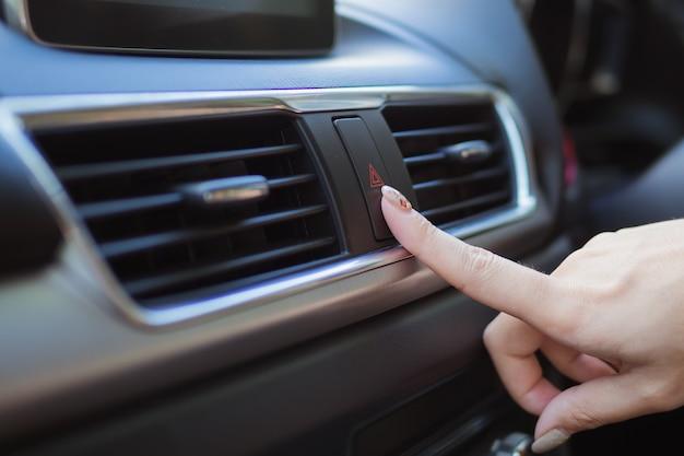 Cerrar dedo golpeando coche luz de emergencia botton en coche