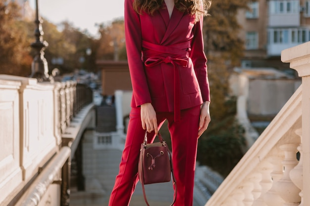 Cerrar detalles de moda de mujer elegante en traje morado caminando en las calles de la ciudad, tendencia de moda primavera verano otoño temporada sosteniendo el bolso