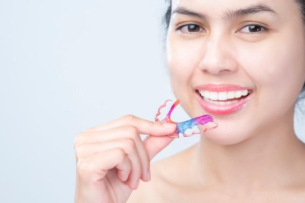 Cerrar dientes hermosos mujer con frenillos dientes