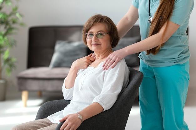 Cerrar doctor sosteniendo al paciente