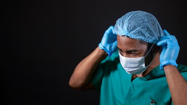 Cerrar doctor vistiendo equipo