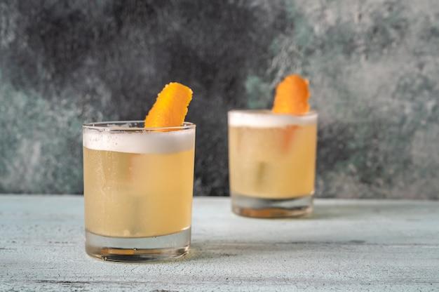 Cerrar dos vasos de whisky sour cóctel