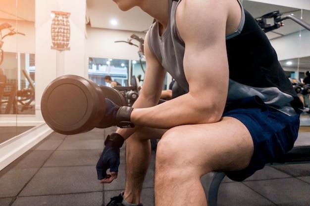 Cerrar ejercicio de fitness hombre en el gimnasio