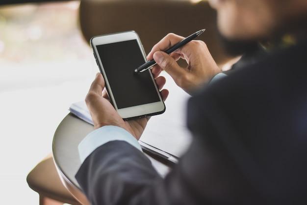 Cerrar empresario usando tecnología de comunicación empresarial de teléfonos inteligentes móviles
