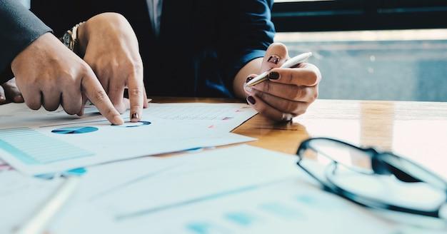Cerrar empresarios reunidos para discutir la situación en el mercado