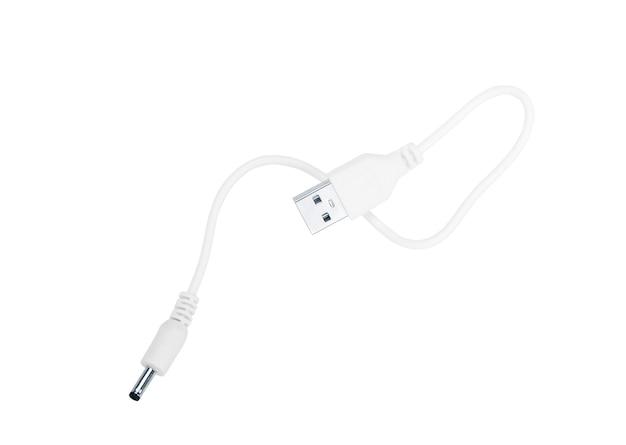 Cerrar el enchufe del cable usb blanco aislado sobre fondo blanco.