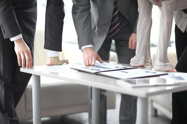 Cerrar equipo empresarial discutiendo el beneficio financiero de la empresa