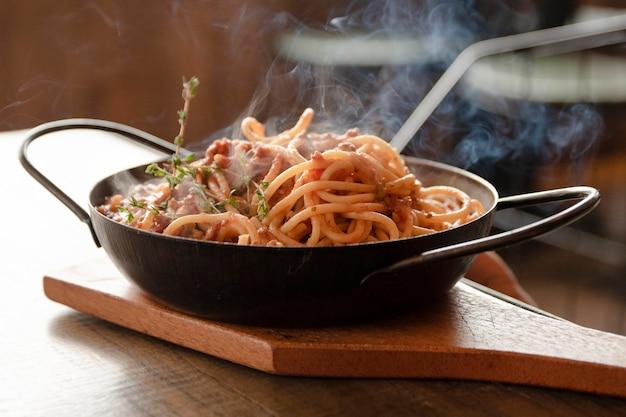 Cerrar los espaguetis en la mesa