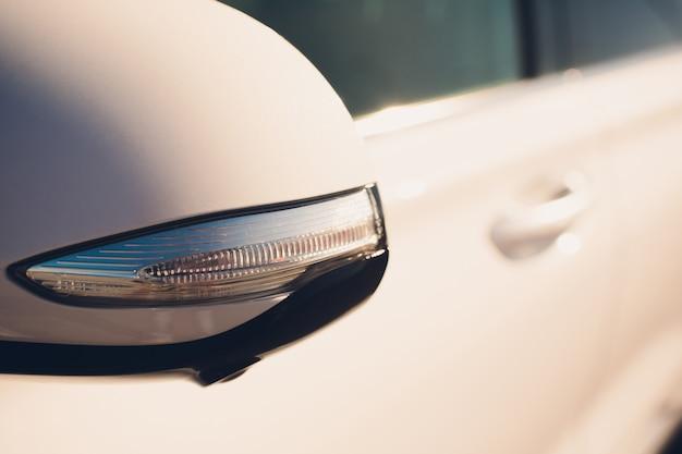 Cerrar el espejo retrovisor del coche blanco