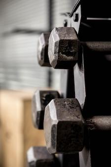 Cerrar en el estante de pesas en el gimnasio de crossfit