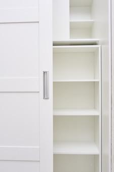 Cerrar estantes blancos vacíos