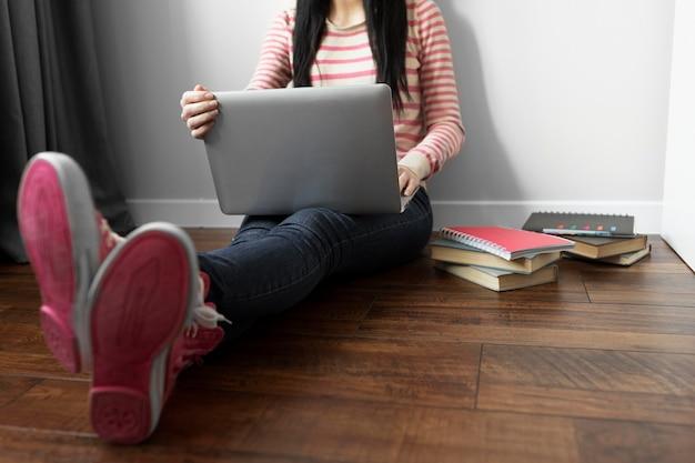 Cerrar estudiante sosteniendo portátil