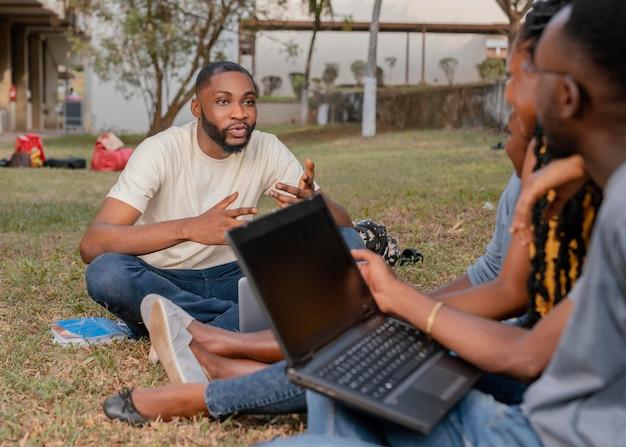 Cerrar estudiantes aprendiendo al aire libre