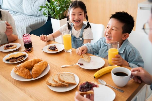 Cerrar familia comiendo juntos
