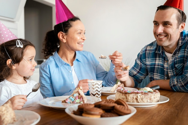 Cerrar familia comiendo pastel