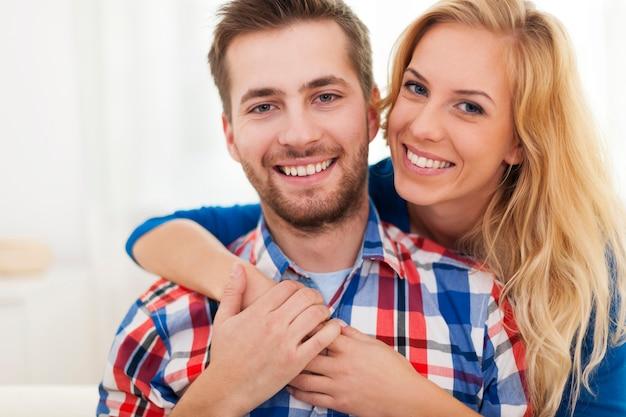 Cerrar feliz pareja abrazada