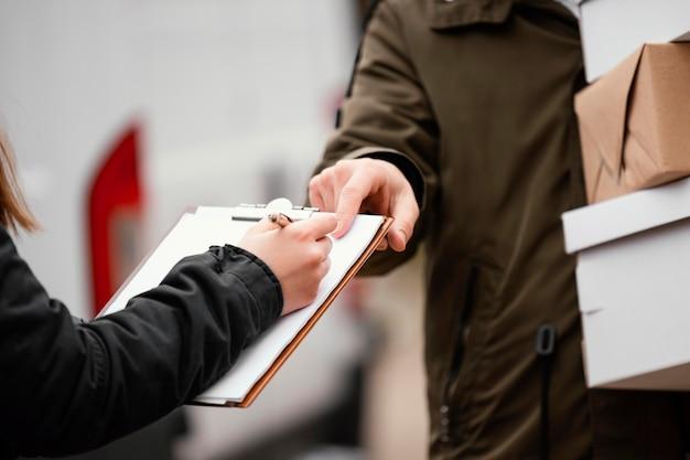 Cerrar firma para entrega de paquetes