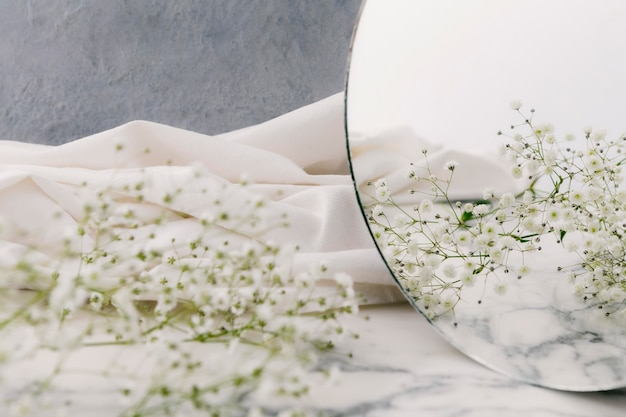 Cerrar flores en el espejo
