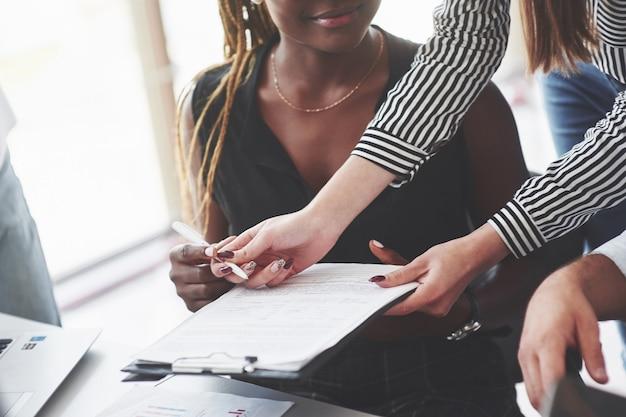 Cerrar foto de la chica afroamericana con bolígrafo que está lista para firmar el documento