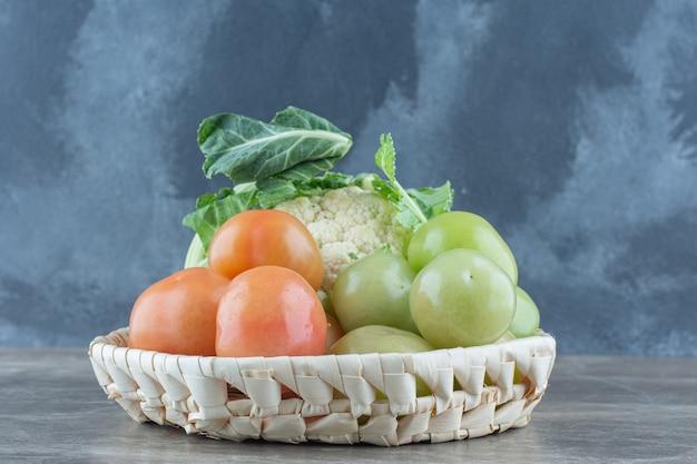 Cerrar foto de coliflor y tomates frescos.