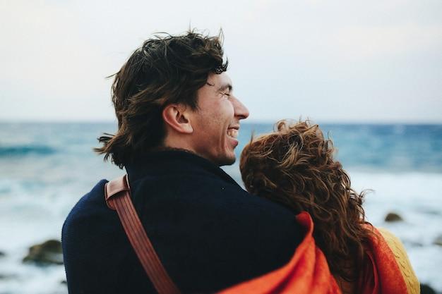 Cerrar foto de pareja desde atrás en el mar