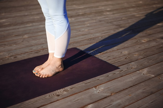 Cerrar foto de piernas de mujer sobre pared de madera