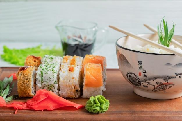Cerrar foto de rollos de sushi con arroz.