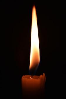 Cerrar foto de una vela encendida