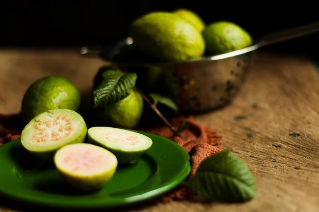 Cerrar las frutas de guayaba en placa