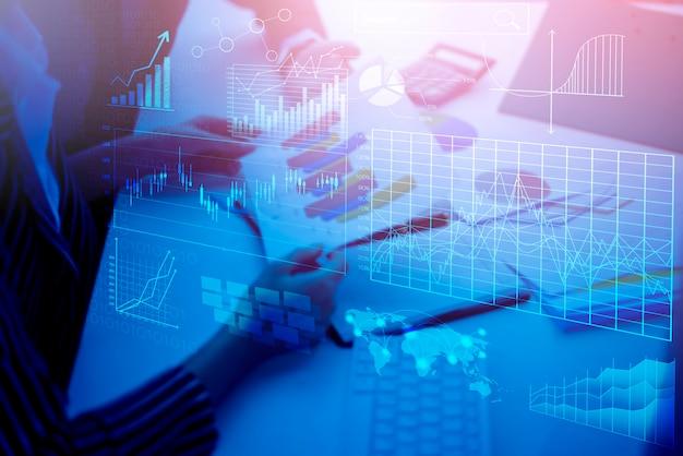 Cerrar la gente de negocios son análisis de informe de negocios con pantalla virtual digital, fondo financiero de negocios
