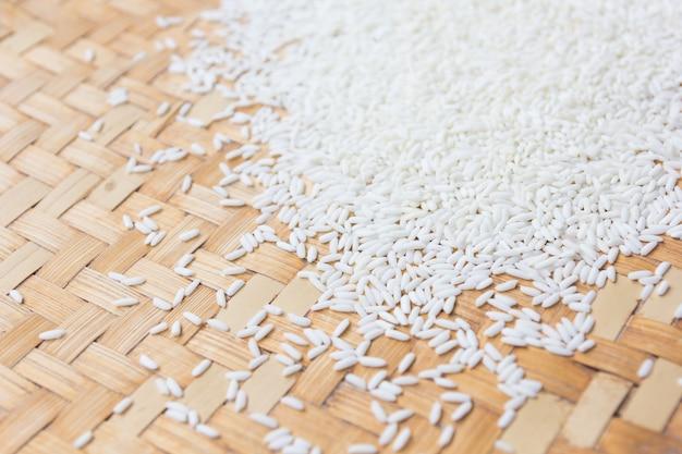 Cerrar grano de arroz en canasta de madera