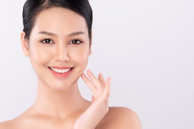 Cerrar hermosa joven asiática con piel limpia y fresca, cuidado de la cara, tratamiento facial, cosmetología, belleza, retrato de mujeres asiáticas,
