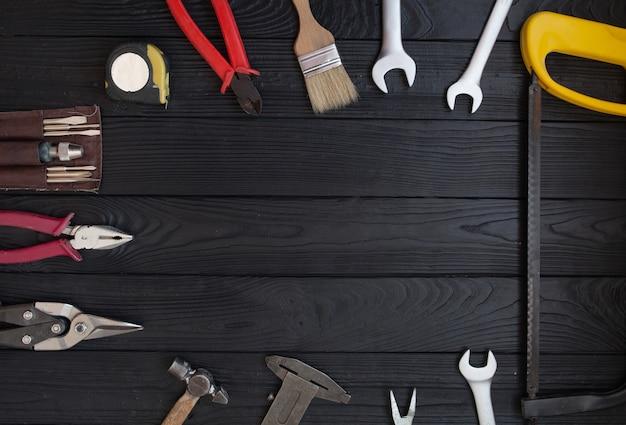 Cerrar herramientas sobre un fondo de madera