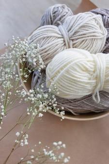 Cerrar el hilo de lana de tejer