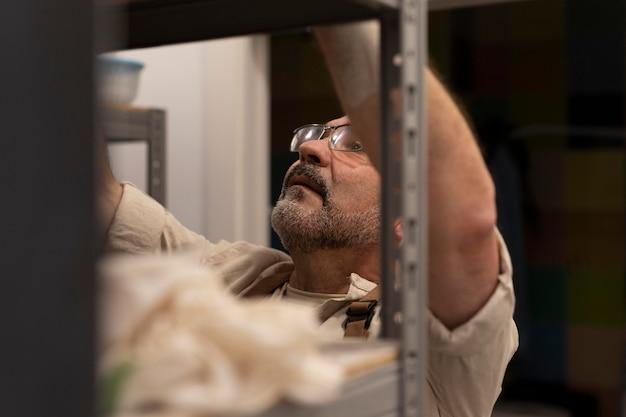 Cerrar hombre en armario de almacenamiento
