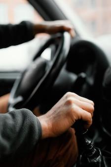 Cerrar hombre en la conducción de automóviles
